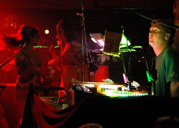 http://www.theraveups.com/gallery/2006-07-15_BIN2/Dancing-light-show.jpg